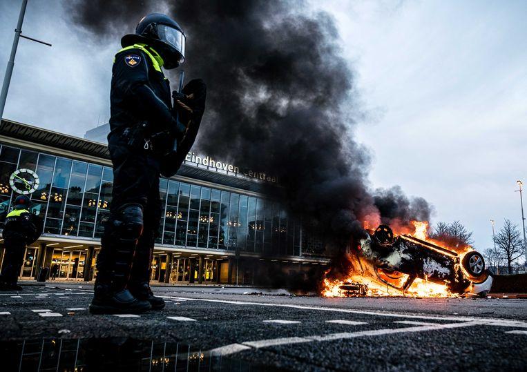 Een auto in brand voor station Eindhoven. Beeld ANP