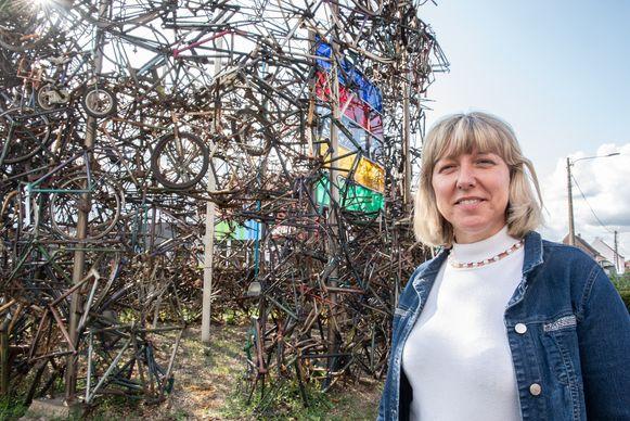 Schepen van Openbare Werken Sabine Hoeckman (Open Vld) bij het fietsenmonument.