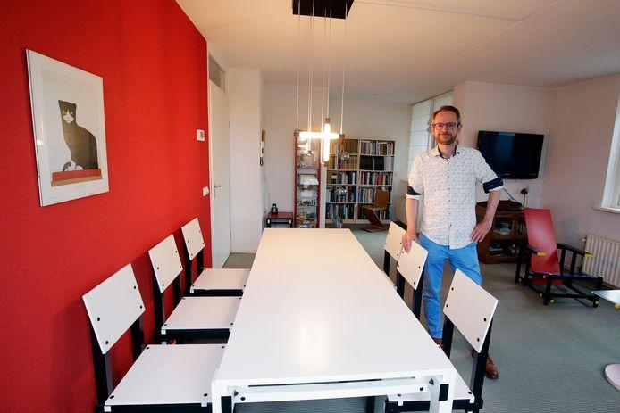 Cornelis van der Bas, groot liefhebber van Rietveld, verkoopt zijn appartement op de Heuvelweg te Doorn.