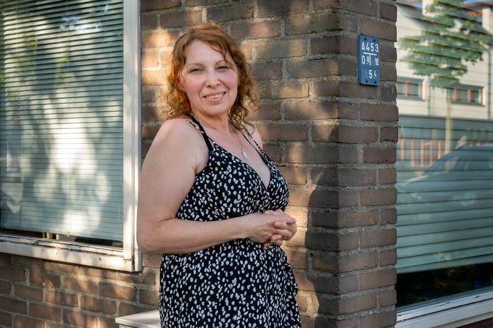 Yolante, een van de bewoonsters, voor het huurhuis.