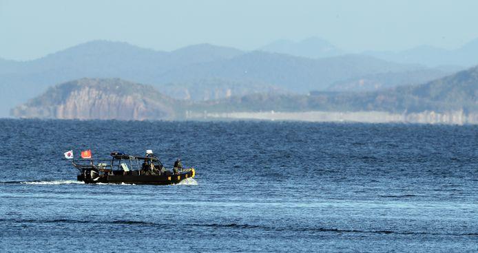 Een Zuid-Koreaans marinevaartuig patrouilleert bij  Yeonpyeong, langs de grens.