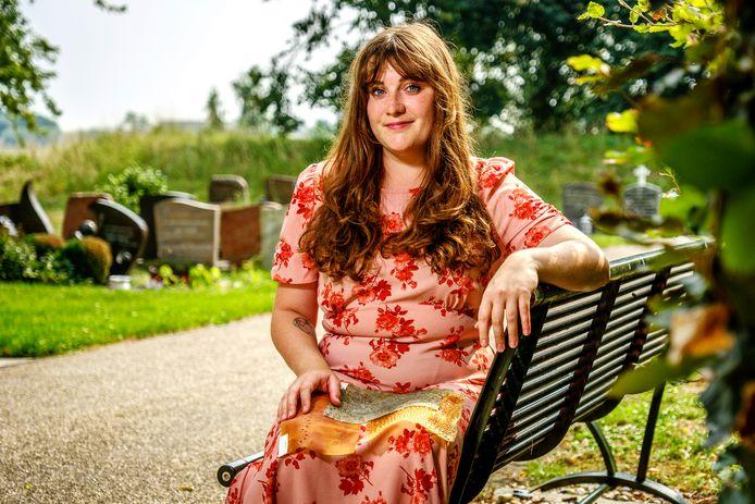 Studente Charde Brouwer (25) staat in oktober op de Dutch Design Week met een heel bijzonder idee: begraven worden in een jurk gemaakt van jus d'orange die over de datum is of spinazie waarin nog zaden ontkiemen voor een groenere wereld.