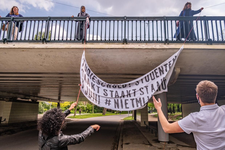 Studentenactie in het Vondelpark.  Beeld Joris van Gennip