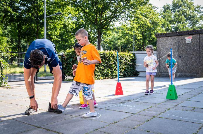 Kleuters van basisschool Mozaïek in Helmond bewegen tijdens de gymles van Jibb+.