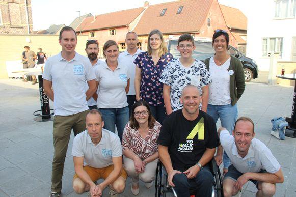 De organisatoren van de Oude Zakken Fuif schenken vijf cheques van duizend euro aan vijf goed doelen.