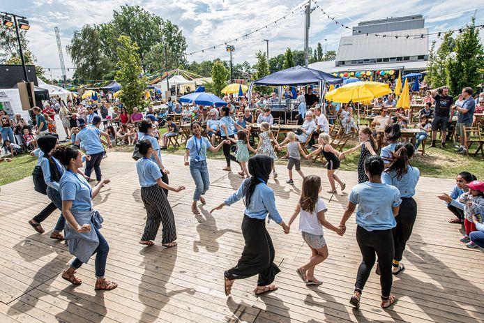 Performers en bezoekers, iedereen danst mee.