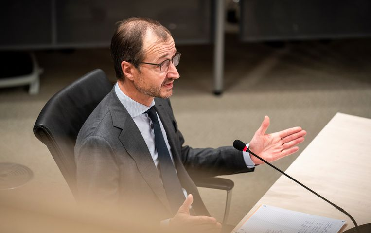Eric Wiebes voor de onderzoekscommissie. Beeld Freek van den Bergh / de Volkskrant