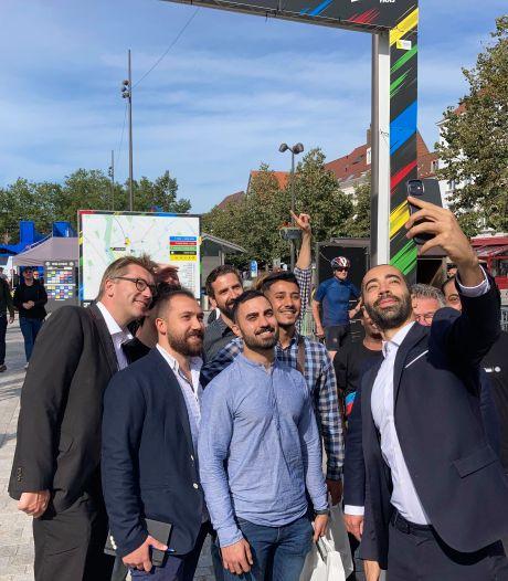 """Staatssecretaris Mahdi maakt selfie met anderstalige vrijwilligers op WK in Brugge: """"Zo leer je de taal én het land veel beter kennen"""""""