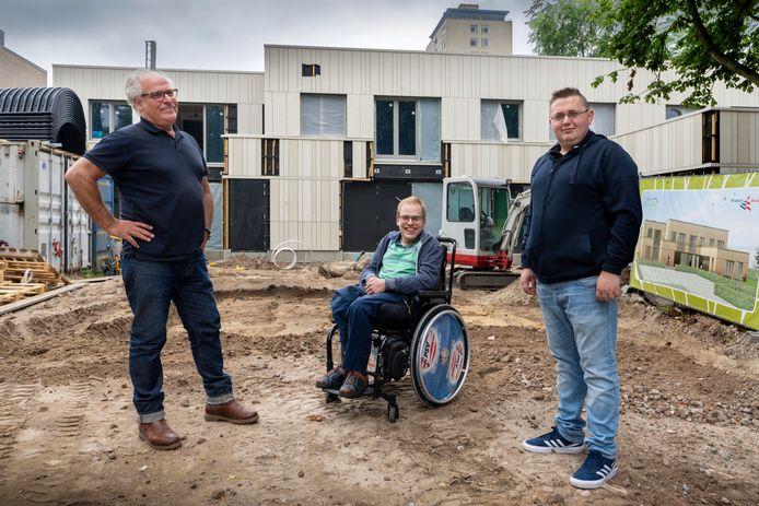 Cyriel Cruts (m) en William van Hoek (r) voor wat over een paar maanden hun thuis is. Links: Frank Vos, een van de initiatiefnemers van het project.