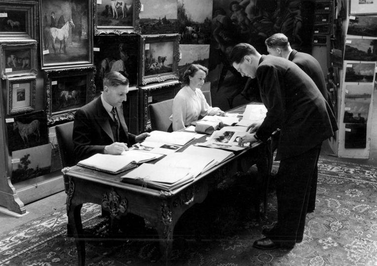 1950: in het Rijksmuseum worden claims van eigendom over door nazi's geroofde kunst behandeld. Voor teruggave moest een verzoeker zijn eigendomsrechten en het onvrijwillige karakter van het bezitsverlies kunnen aantonen. Eventueel ontvangen financiële tegenprestaties dienden te worden afgestaan aan de Staat. Beeld Hollandse Hoogte / Spaarnestad Photo