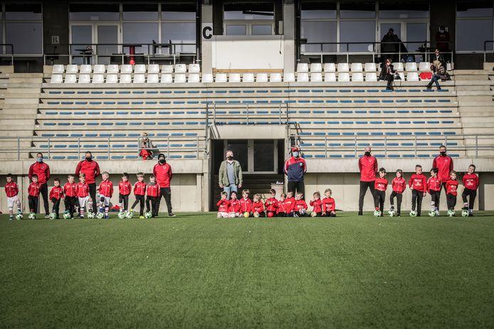 Voorzitter Peter Nelissen met jeugdtrainers en de spelertjes die kunnen genieten van een gratis opleiding.
