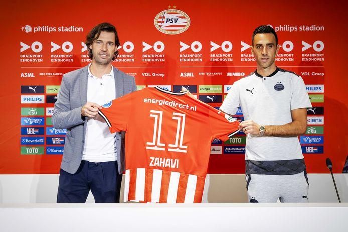 John de Jong presenteert Eran Zahavi in september vorig jaar, in het Philips Stadion.