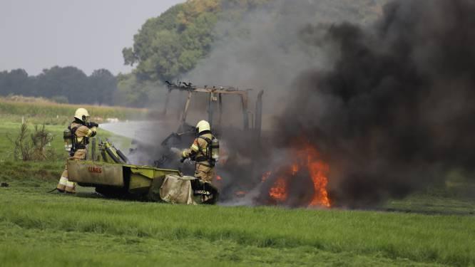 Tractor vat vlam terwijl boer aan het maaien is