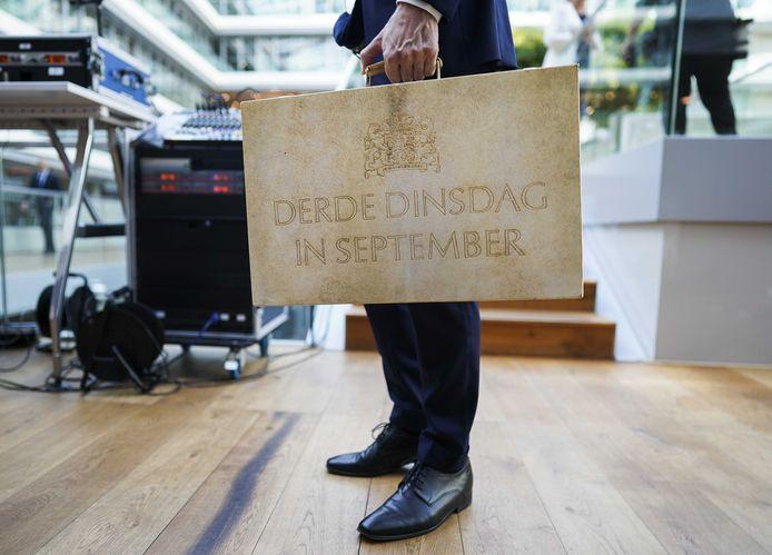 Minister Wopke Hoekstra tijdens de vorige Prinsjesdag, met het koffertje met de miljoenennota op het ministerie van Financiën.