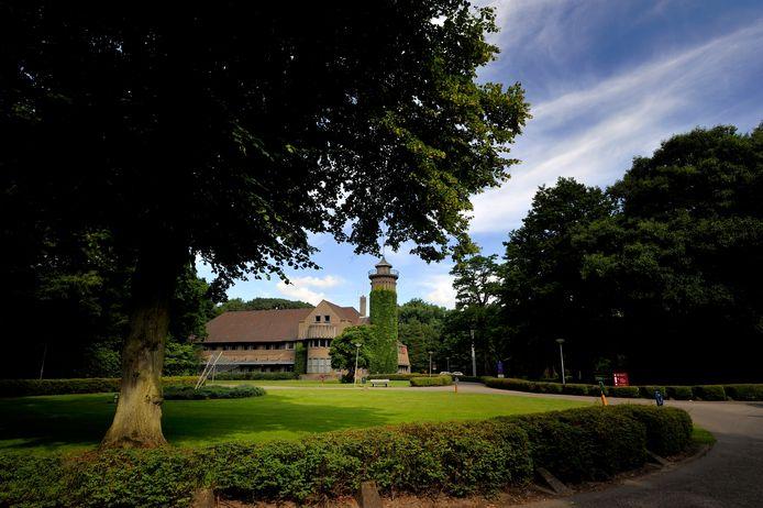 Op de plaats van de vroegere kliniek van GGZ WNB op het landgoed Vrederust komen tijdelijk units te staan voor cliënten van zorginstelling tanteLouise. Op de foto het hoofdgebouw van GGZ WNB op het landgoed.