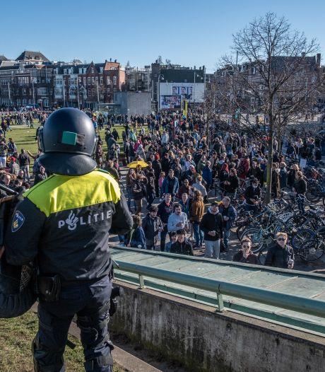 Alweer knuffelden de demonstranten elkaar en greep de politie in