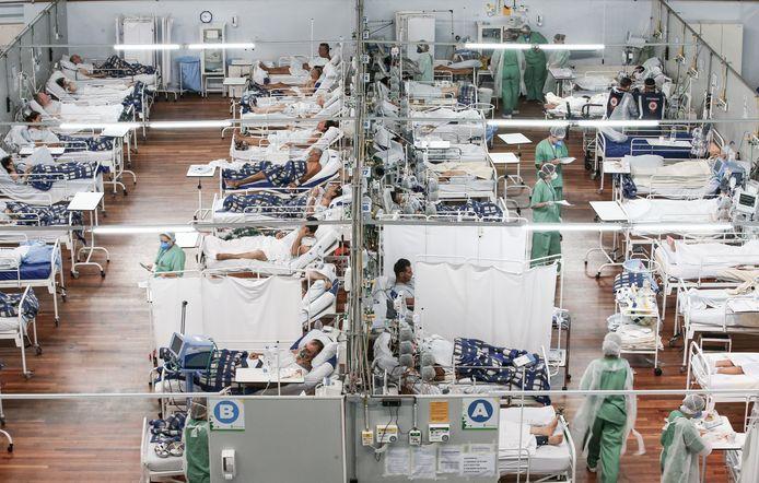 De pandemie vraagt om een competente overheid die weloverwogen maatregelen neemt, stelt Zakaria. De lakse corona-aanpak van Brazilië heeft rampzalige gevolgen, waardoor ziekenhuizen overvol raken, zoals hier in Santo Andre.