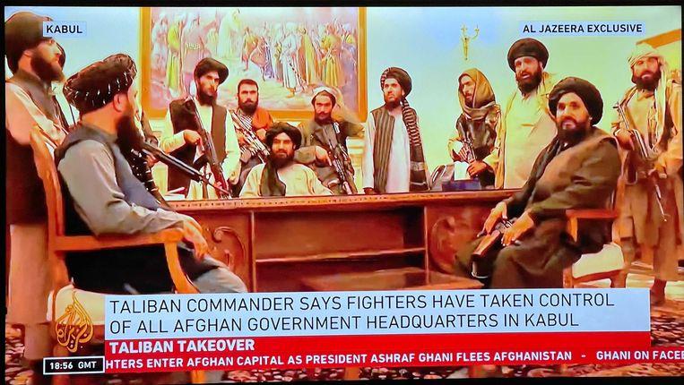 Op beelden van nieuwszender Al Jazeera was te zien hoe de Taliban vanuit het presidentieel paleis in Afghanistan de overwinning opeisten. Beeld Al Jazeera