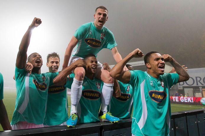 Yoëll van Nieff, maker van de beslissende 4-3, gaat op zaterdag 16 november 2013 de lucht in na het duel met FC Eindhoven.