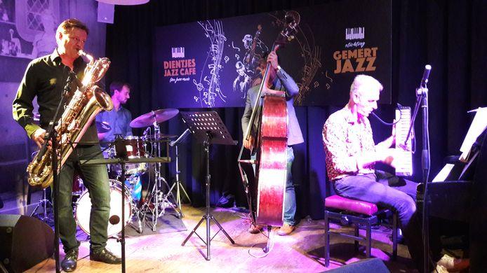 Combo Cor Bakker met baritonsaxofonist Jan Menu.