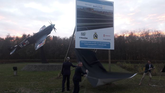 Het bouwbord voor Zonnepark Welschap wordt onthuld.