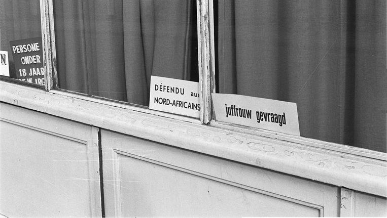 De etalage van een Antwerps café in 1968: bordjes die Noord-Afrikanen de toegang ontzegden, waren toen nog de normaalste zaak van de wereld. Beeld rv Behrens, Herbert / Anefo / Nationaal Archief