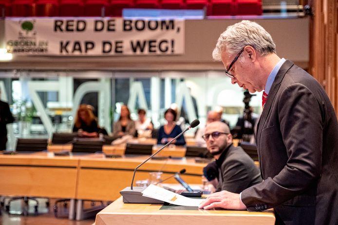 De gemeenteraad sprak de voorbije maanden veelvuldig met verkeerswethouder Hans Buijtelaar (staand) over de westelijke rondweg. Vaak onder grote belangstelling van tegenstanders zoals hier, begin oktober.