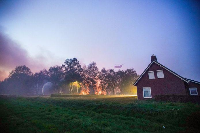 Bij de brand in de Peel raakten geen huizen beschadigd, maar de brandweer moest bijvoorbeeld wel moeite doen om het vuur weg te houden bij deze boerderij in Liessel.