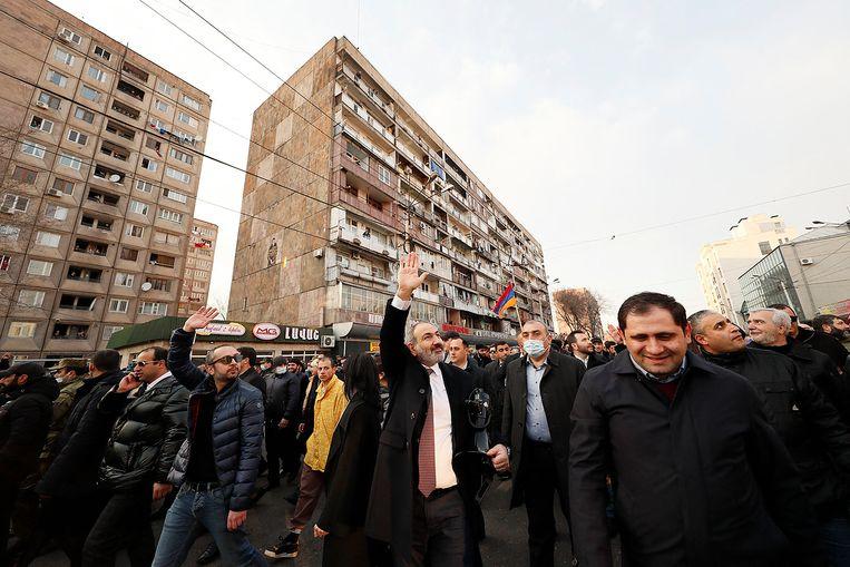 De Armeense premier Nikol Pasjinjan paradeert met zijn aanhangers door het centrum van de hoofdstad Jerevan, afgelopen donderdag, nadat het leger hem had opgeroepen om ontslag te nemen. Beeld AFP