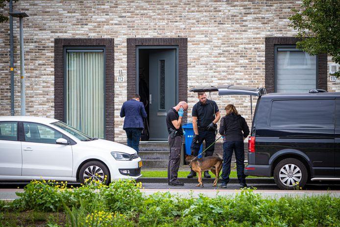 De politie doorzoekt een woning aan de Jac P. Thijsselaan en gebruikt daarbij onder meer speurhonden.