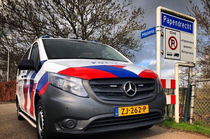De politie trof de man aan op de A15 bij Papendrecht.