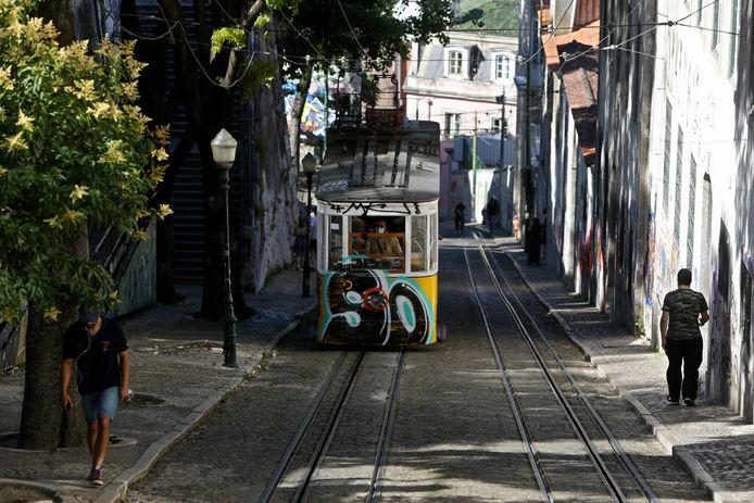 De bekende tram aan de Bairro Alto in Lissabon rond 21.00 uur.  Sinds 1 juli is opnieuw een avondklok ingegaan in de Portugese hoofdstad. Iedereen moet ten laatste tegen 23.00 uur thuis zijn.