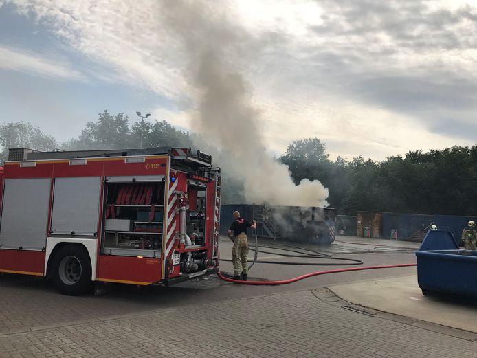 De brandweer had de brand in de container snel onder controle.
