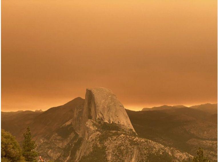 Oranje gloed over Yosemite Park, Californië. Beeld RV