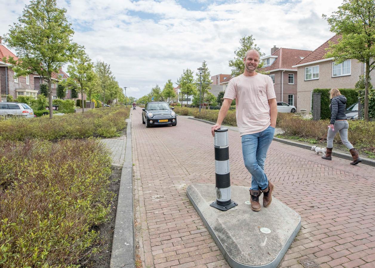 Frank van Pelt in de Glenn Millerlaan, een woonerf waar volgens hem drempels moeten komen om het verkeer te remmen.