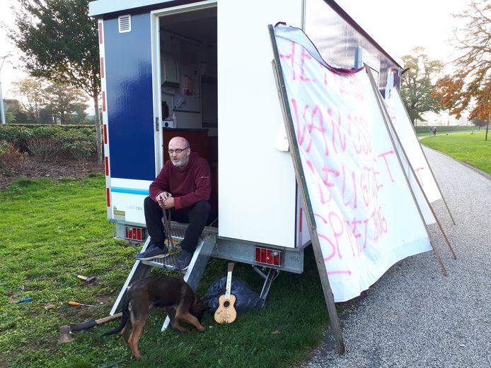 Oktober 2019. Arie heeft een keet van de plantsoenendienst in Oss gekraakt om aandacht te vragen voor zijn dakloosheid.