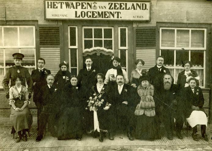 Trouwfoto van Guusje Maes in Hoofdplaat, begin 1914. Guusje heeft het boeket in handen. Haar  man Karel Hamer zit naast haar. Hij was overvallen door het fotomoment en heeft zijn sigaar  - hij is handelsreiziger in tabakswaren - snel op de grond gelegd. Naast Guusje haar ouders, naast Karel zijn uit Nijmegen overgekomen ouders.