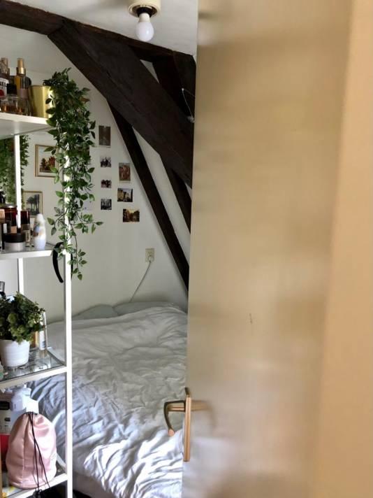 Emmely's kamerdeur kan niet helemaal open; haar bed staat in de weg.