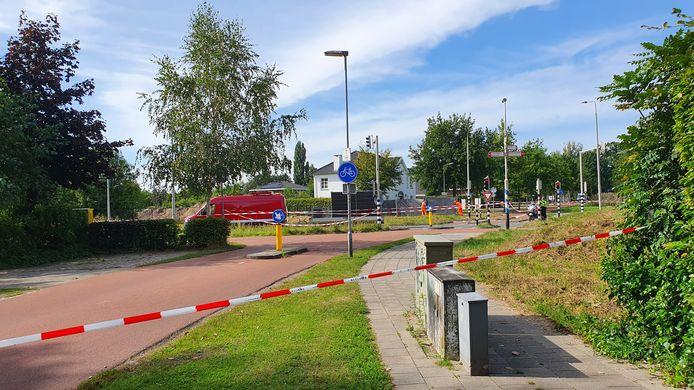 De oversteekplaats op de Westerparklaan waar dinsdag een fietsster om het leven is gekomen. Het bestelbusje op de foto is niet het voertuig dat bij het ongeval betrokken was.