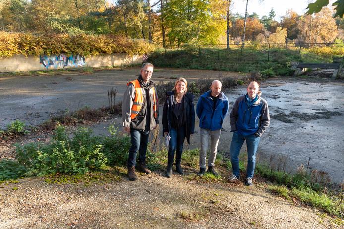 Frank Roskamp, wethouder Aukje Treep, Léon van der Werf en Sander Boot (vlnr) staan voor het bezinkbassin van de oude rioolzuivering in Soesterberg, die in 1970 gesloten werd.