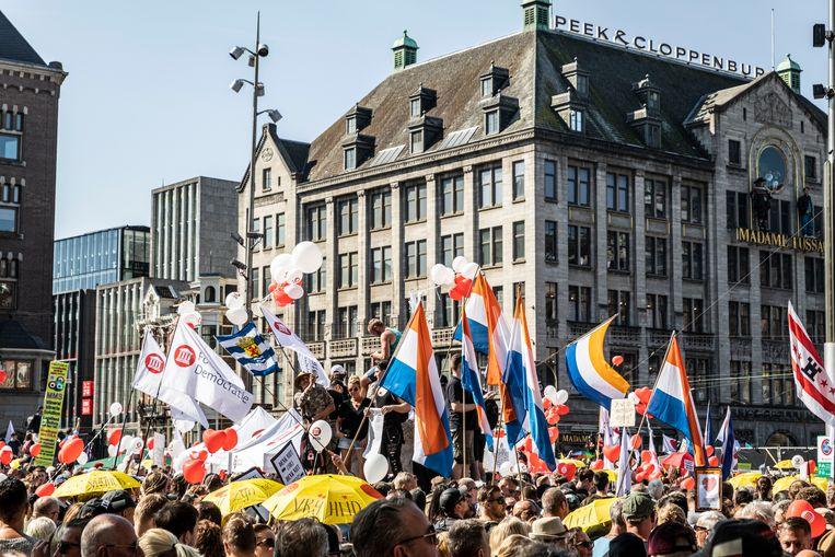 Een protestmars in Amsterdam tegen de coronamaatregelen onder de naam 'Samen voor Nederland'. Beeld Hollandse Hoogte / Remco Koers