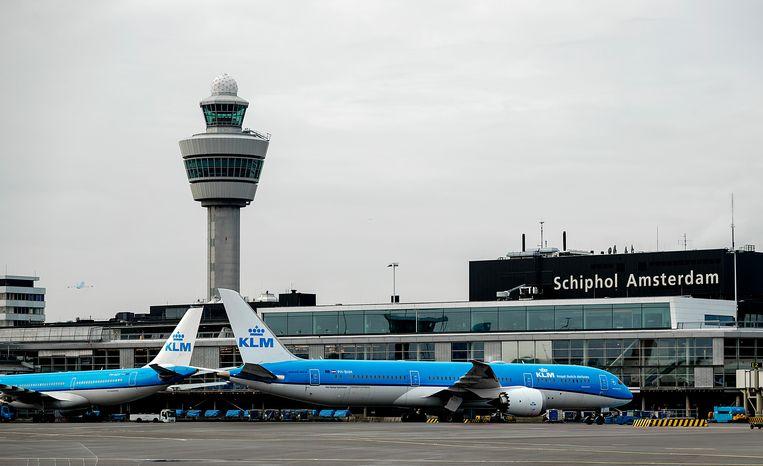 Een vliegtuig van KLM op het platform van Schiphol. Het ministerie van Infrastructuur en Waterstaat onderzoekt hoe de luchthaven haar start- en landingsbanen kan uitbreiden.  Beeld ANP