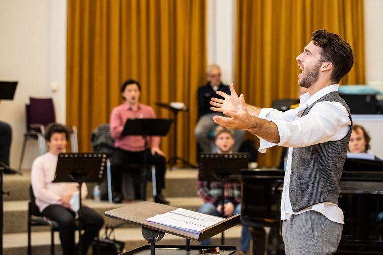 Lorenzo Viotti repeteert met De Nationale Opera. Beeld Melle Meivogel