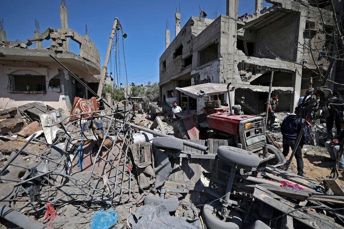 Palestijnen in Beit Hanun nemen de schade op na de luchtaanvallen door Israël.