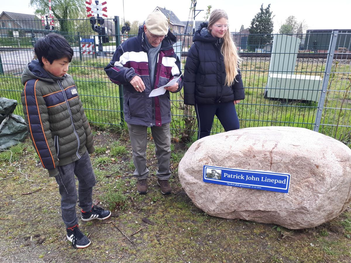 Bai Lang van Gaal, Tiny Timmers en Vera van Uden bij de kei met daarop het bordje dat ze net hebben onthuld.