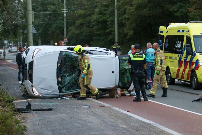 De auto belandde op zijn kant op de Nieboerweg in Den Haag.