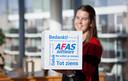 Een medewerkers met de afscheidsdoos van AFAS.