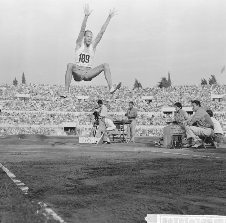 Henk Visser in actie bij het verspringen op de Olympische Spelen  van Rome in 1960. Beeld Nationaal Archief