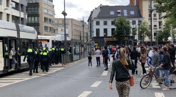Een honderdtal manifestanten is met bussen naar de politiekantoren van de Noorderlaan gebracht.