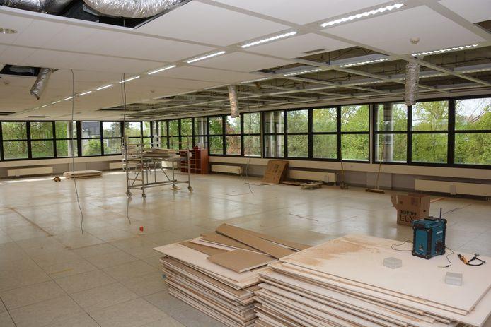 Eén verdieping moet nog afgewerkt worden en dat moet tegen het bouwverlof rond zijn.